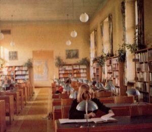 Użytkownicy czytelni podczas pracy (1970 rok)