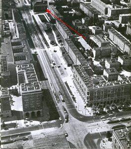 Skrzyżowanie ul. Jana Pawła II oraz al. Solidarności, ok. 1970 r. Bibliotekę zaznaczono czerwoną strzałką