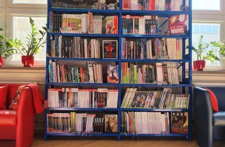 Zdjęcie półek z książkami w Bibliotece Komiksowo