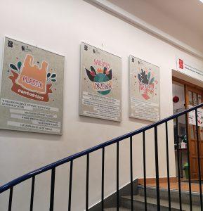 Zdjęcie przedstawia trzy tablice wiszące na ścianie w korytarzu Biblioteki na Żytniej. Jest to fragment wystawy o tematyce ekologicznej